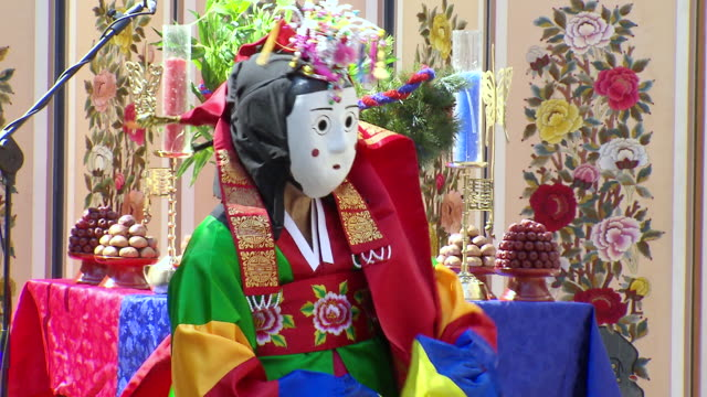 ms view of traditional korean bongsan man performing in woman masked audio / seoul, south korea - korea stock-videos und b-roll-filmmaterial