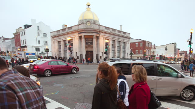 vidéos et rushes de ws t/l view of traffic and pedestrians at busy intersection in georgetown neighborhood at dusk / washington, district of columbia, united states - georgetown washington dc