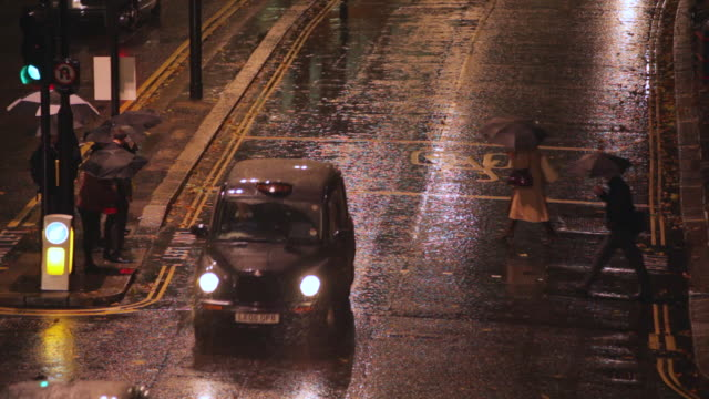 ms view of traffic and pedestrians on london wall in evening rushhour rain / london, united kingdom - umbrella stock videos and b-roll footage