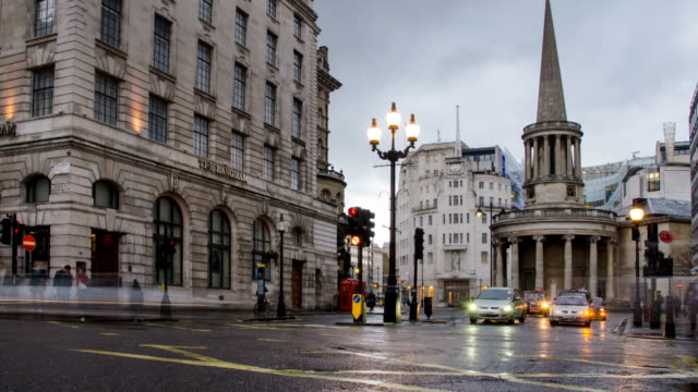 vídeos y material grabado en eventos de stock de ws t/l zi view of traffic and pedestrians passing on regent street near souls and bbc broadcasting house and langham hotel on wet winters evening / london, greater london, united kingdom - bbc