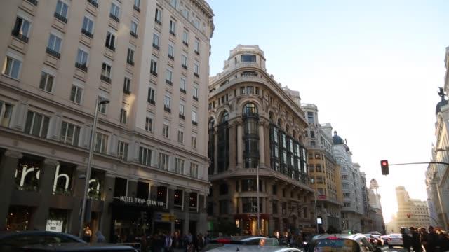 vídeos y material grabado en eventos de stock de view of traffic and shops on bustling calle gran via, madrid, spain, europe - arquitectura exterior