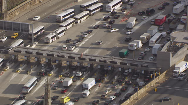 vídeos de stock e filmes b-roll de cu aerial zo view of traffic at lincoln tunnel entrance / new jersey, united states - cabina de portagem