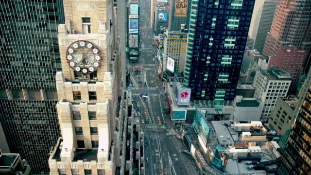 ws t/l view of traffic at times square / new york city, new york state, usa - klocktorn bildbanksvideor och videomaterial från bakom kulisserna