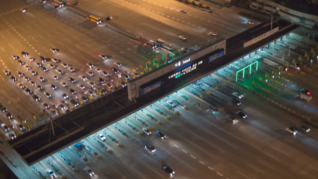 vídeos y material grabado en eventos de stock de ws t/l view of traffic at toll booth at night / seoul, south korea  - peaje