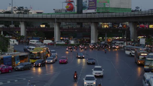 ws view of traffic at victory monument at dusk / bangkok, thailand - bangkok stock videos & royalty-free footage