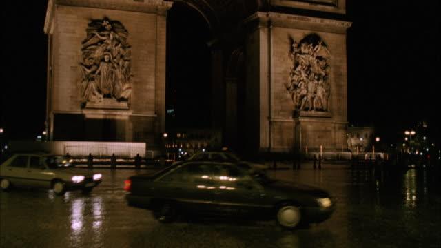 vidéos et rushes de ms td pan view of traffic flowing near by arc detriompe / paris, france - arc élément architectural
