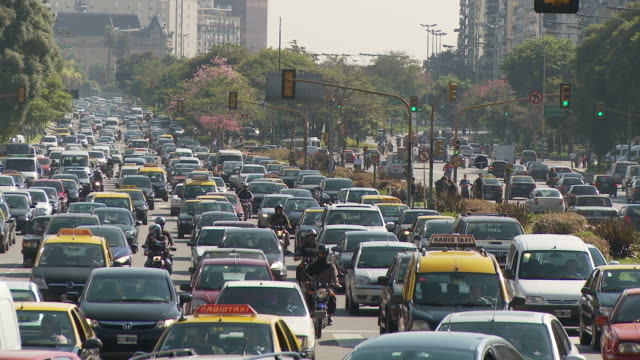 view of traffic in buenos aires, argentina - avenida 9 de julio video stock e b–roll