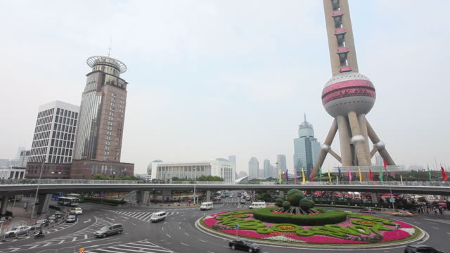vídeos de stock, filmes e b-roll de ws view of traffic in city with pearl tv tower / pudong, shanghai, china - rotunda arquitetura