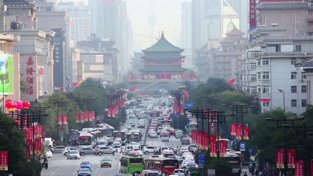 ws view of traffic in downtown area near bell tower / xi'an, shaanxi, china - klocktorn bildbanksvideor och videomaterial från bakom kulisserna