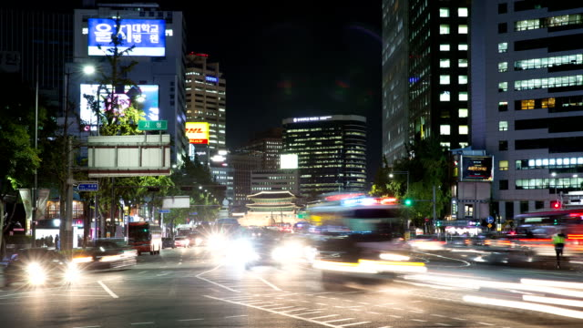 vidéos et rushes de view of traffic in front of dongdaemun gate - carrefour