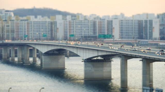 vídeos y material grabado en eventos de stock de ws t/l view of traffic moving at gayangdaegyo bridge on han gang river / seoul, south korea - tilt shift