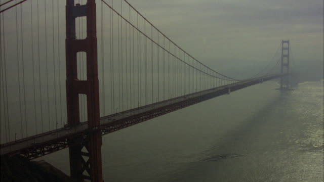 vídeos de stock, filmes e b-roll de ws pan view of traffic moving on golden gate bridge / san francisco, california, united states - golden gate bridge