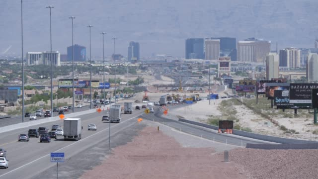 view of traffic on highway 15 leading to and from las vegas, las vegas, nevada, united states of america, north america - ネバダ州点の映像素材/bロール