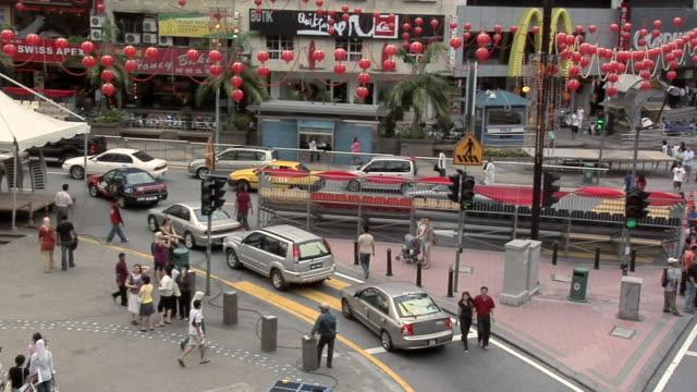 ws pan view of traffic on jalan sultan isamil cor and jalan bukit bintang / kuala lumpur, malaysia - butiksskylt bildbanksvideor och videomaterial från bakom kulisserna