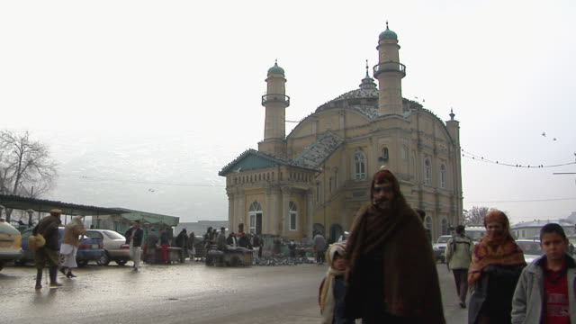 vídeos de stock e filmes b-roll de ws view of traffic on road with mosque in background / kandahar afghanistan - kandahar
