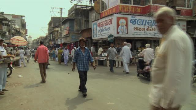 ws pan view of traffic on street / rajkot, india  - グジャラート州点の映像素材/bロール