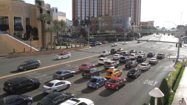 vídeos y material grabado en eventos de stock de view of traffic on the strip, las vegas boulevard, las vegas, nevada, united states of america, north america - las vegas