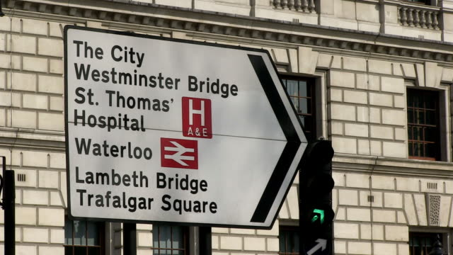 vídeos de stock e filmes b-roll de ms view of traffic sign at parliament square / london, england, great britain  - guidance