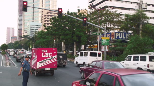 WS View of traffic signal in city / Manila, Philippines