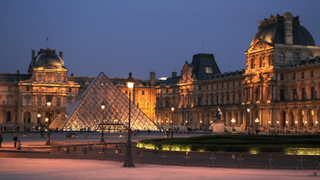WS T/L View of traffic with museum Louvre in background / Paris, France