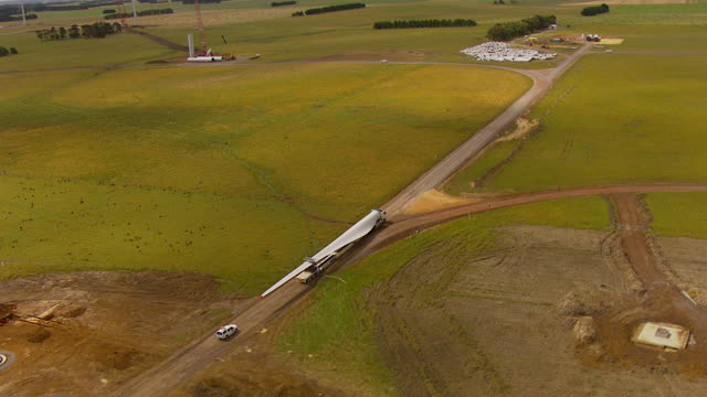 ws aerial zi zo ts ds view of trailer moving windmill blade / macarthur, victoria, australia - klinge stock-videos und b-roll-filmmaterial
