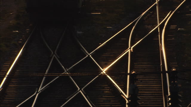 vídeos de stock e filmes b-roll de ms view of train during sunset / vienna city, vienna, austria - viena