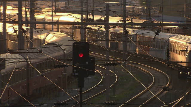 vídeos de stock e filmes b-roll de ws view of train during sunset / vienna city, vienna, austria - viena