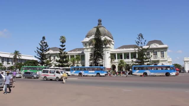 vídeos de stock e filmes b-roll de ws view of train station made by eiffel / maputo, mozambique - moçambique