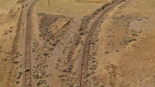 ws aerial tu view of train tracks to reveal b reactor nuclear reactor at hanford site / richland, washington, united states - hanford nuclear reservation video stock e b–roll