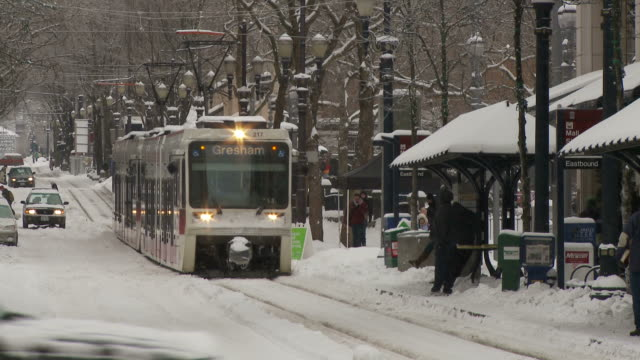 view of tram in portland usa - portland oregon snow stock videos & royalty-free footage