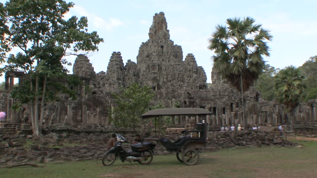 ws zo tu pan view of tricycle in front of mail bayon complex / siem reap, cambodia  - tricycle stock videos & royalty-free footage