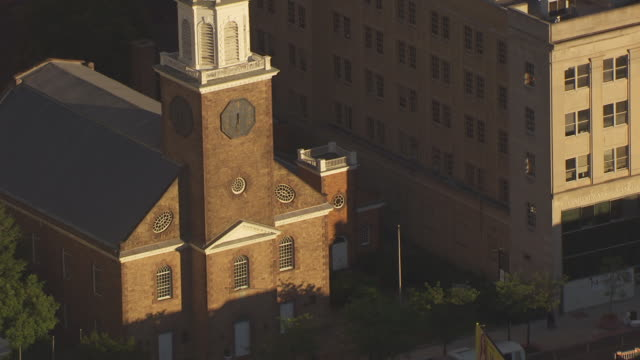 vidéos et rushes de cu aerial zo view of trinity and st philips cathedral and first presbyterian church to surrounding buildings / newark, new jersey, united states - protestantisme
