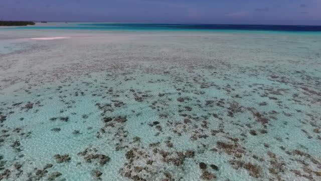vidéos et rushes de vue aérienne de l'île tropicale, plages et lagon - french overseas territory