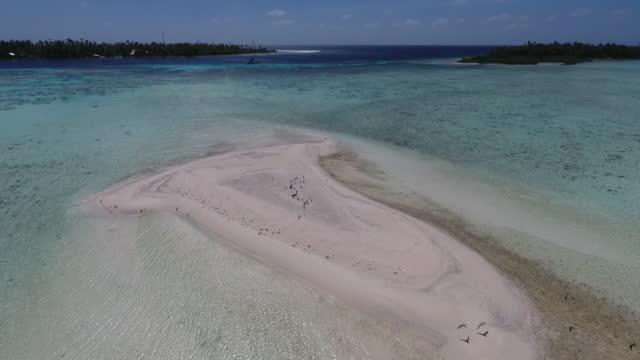 vídeos de stock e filmes b-roll de aerial view of tropical island, beaches and lagoon - banco de areia