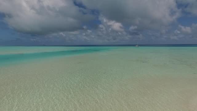 トロピカルなラグーンと島々 の空撮 - 熱帯気候点の映像素材/bロール