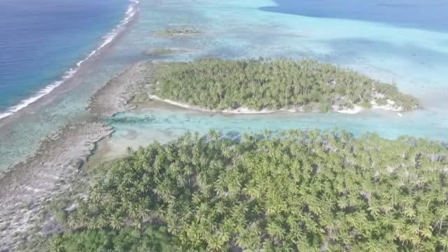 vidéos et rushes de vue aérienne du lagon tropical et îles - french overseas territory