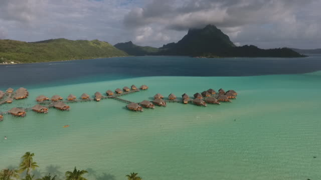 vídeos y material grabado en eventos de stock de aerial view of tropical lagoon and overwater bungalows - territorios franceses de ultramar