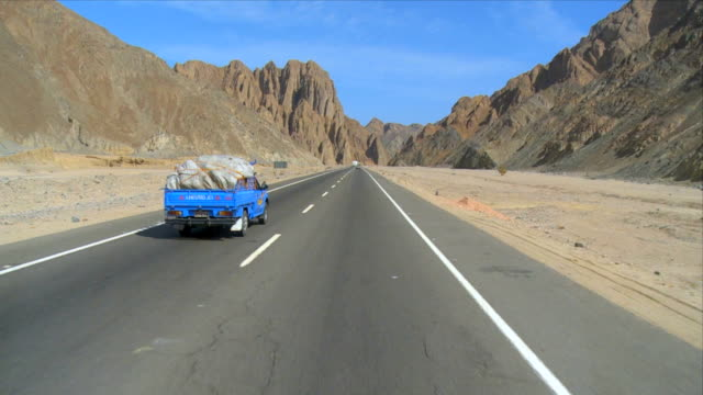 ws pov view of truck moving on road to hurghada near mountains / eastern desert, egypt - hurghada stock-videos und b-roll-filmmaterial