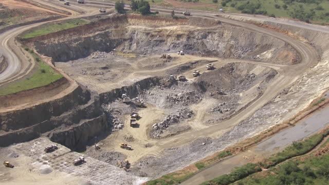 vídeos de stock, filmes e b-roll de ws aerial view of trucks working in opencast mine / south africa - mina de carvão