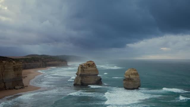 vídeos de stock, filmes e b-roll de ws t/l tu view of twelve apostles at dusk / port campbell, victoria, australia - coluna de calcário marítimo