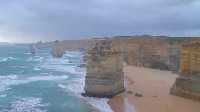 vídeos de stock, filmes e b-roll de ws view of twelve apostles at dusk / port campbell, victoria, australia - coluna de calcário marítimo