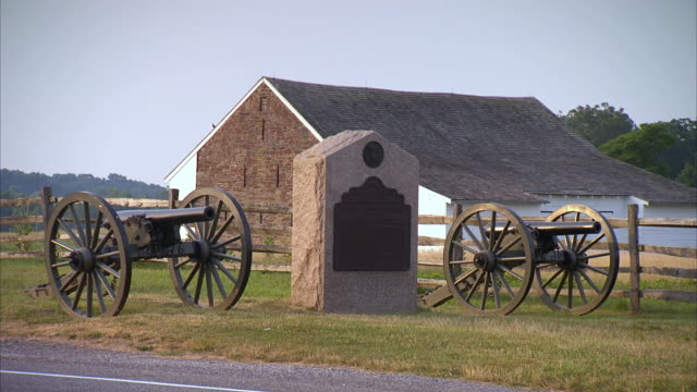 vídeos de stock e filmes b-roll de ws view of two canons stand on each side of monument  next to highway at gettysburg national military park / gettysburg, virginia, united states - gettysburg