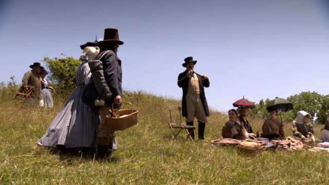 vidéos et rushes de ws ts view of two couples join picnic party on wheat field / middleburg, virginia, united states - panier pique nique