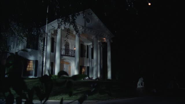 vídeos de stock e filmes b-roll de ms zi view of two story colonial mansion - mansão imponente