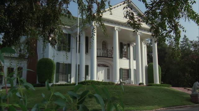 vídeos de stock, filmes e b-roll de ms zi view of two story colonial mansion with pillars - mansão