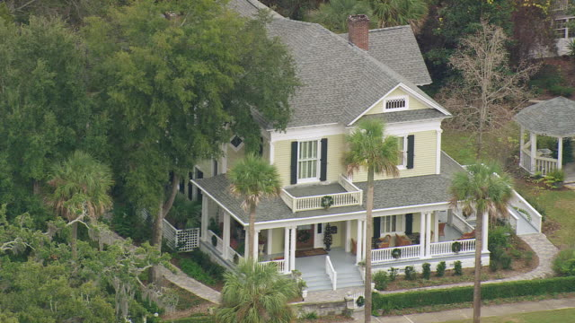 ws aerial view of two story house / georgia, united states - zweistöckiges wohnhaus stock-videos und b-roll-filmmaterial