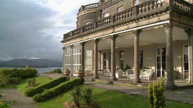 vídeos de stock e filmes b-roll de ms  view of two story mansion / bantry, county cork, ireland - mansão imponente