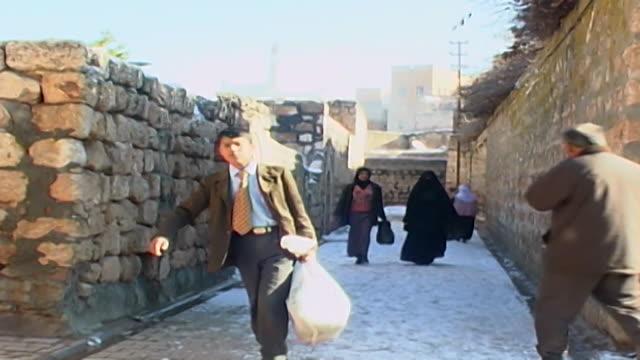 vidéos et rushes de view of two women walking in an alleyway in midyat. - vêtement religieux