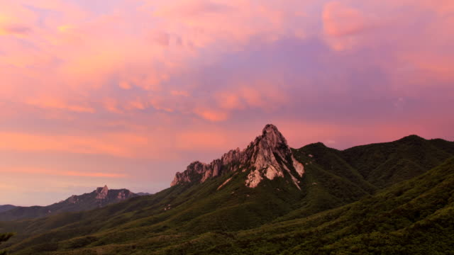 view of ulsan rock at mt. seoraksan at sunset - 巨礫点の映像素材/bロール