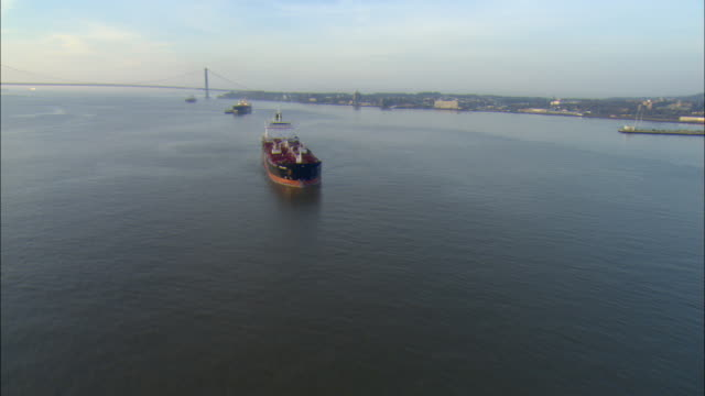 vídeos y material grabado en eventos de stock de ws pov aerial view of unidentified tanker at anchor off staten island with verrazano narrows bridge behind - anclado